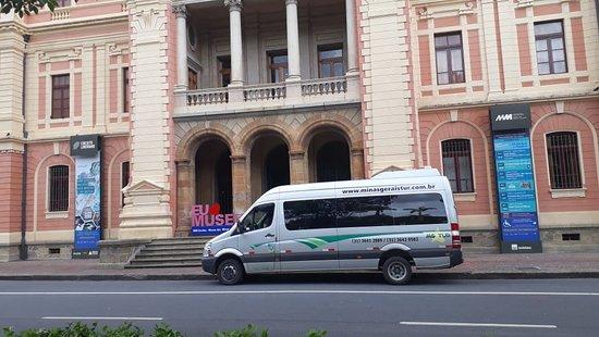 Van da MG TUR em frente ao Museu na Praça da Liberdade, em Belo Horizonte.