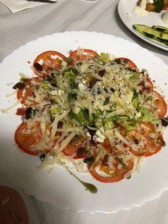 La Codonera, Spain: Ensalada de quesos con vinagreta de miel, rodajas de tomate y frutos secos.