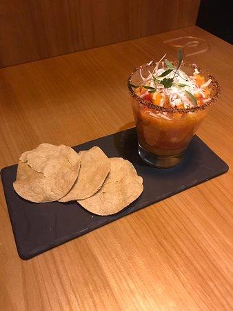 Gazpacho moreliano, fresco ceviche de frutas de la estación, acompañado de queso mozzarella y tostadas dé maíz.