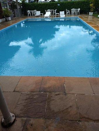 Uma boa piscina porém não pude usufruir, chovia muito!