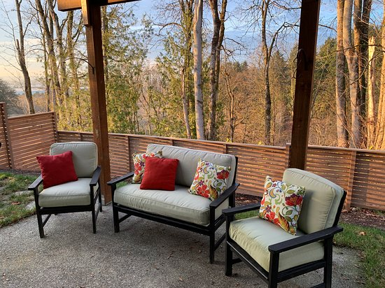 Edgewood, Вашингтон: A great patio space to enjoy the outdoors, a fire pit for your enjoyment, and wonderful views of downtown, hills, and port.