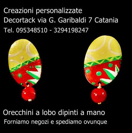 #Orecchinidipintiamano #Decortack con pendente #orecchinialobodipintiamano personalizzabili con i dipinti richiesti dal cliente. Forniamo negozi e spediamo ovunque.Punto vendita via G. Garibaldi 7 #Catania tel 095348510 - 3294198247.
