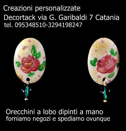 #Orecchinidipintiamano #Decortack con pendente #orecchinialobodipintiamano con #rose personalizzabili con i dipinti richiesti dal cliente. Forniamo negozi e spediamo ovunque.Punto vendita via G. Garibaldi 7 #Catania tel 095348510 - 3294198247.
