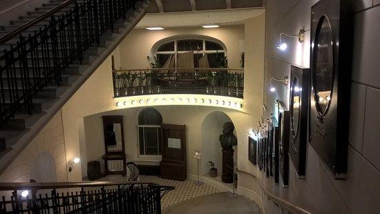 Museum of the Russian Geographical Society: Шикарная лестница с портретами знаменитых путешественников