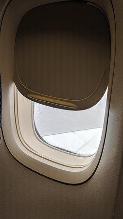 בריטיש איירווייז: broken window so no darkness at night and unable to open fully for landing 