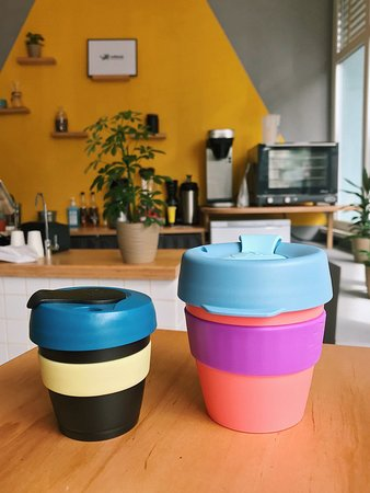 В кофейне можно приобрести многоразовые чашечки для напитков to go.⠀ ⠀ ✔️Таким образом вы сохраните окружающую среду от стаканчиков и крышечек, но и сэкономите💰. ⠀ ⠀ Мы в #coffeeokcafe делаем скидку на все-все-все напитки в свою чашку. ⠀ ⠀ Кстати, прямо в кофейне доступно несколько цветов и размеров экочашек #keepcup и более 60-ти вариантов на сайте coffeeok.com.ua ❤️⠀ ⠀ И помните – все в ваших руках 😉