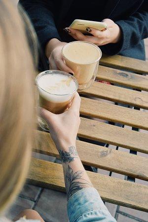 Кофейный #cheers! 🎉  Тыквенный латте и малиновый раф – что может быть лучше для душевной встречи?  Правда, слова тут лишние. Нужно пробовать 😉
