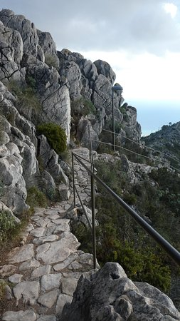 The pathway to the mountain