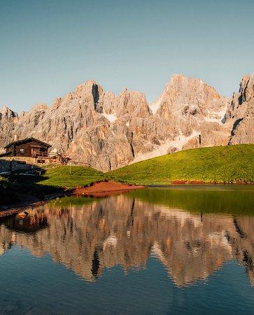 South Tyrol Dolomites, Italia: Sunset reflections.