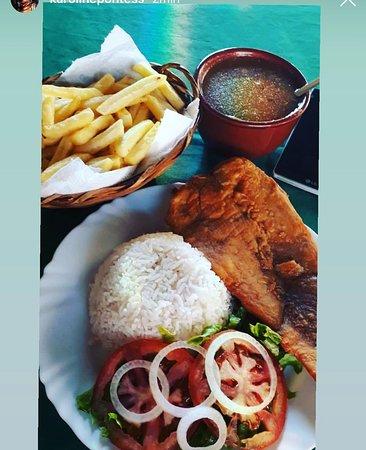 prato executivo, guarnições:  peixe frito ,arroz, pirão , batata frita e salada de  alface , tomate  e cebola .