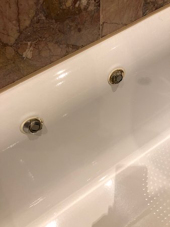this is where there should have been a handle on the bath but instread its been ripped of and left all jagged and dangerous. this is what cut my arm open