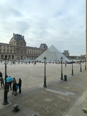 Le Louvre et sa Pyramide.