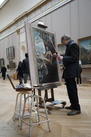 Лувр.  Как и многие начинающие  фотографы я часто хожу  в музеи  и на выставки . Там  можно увидеть лучшие примеры  основ и правил композиции  великих мастеров , получить заряд вдохновения . Мне понравилось как работает этот  пожилой  копиист , возможно  он приходил  в Лувр ещё совсем молоденьким студентом.