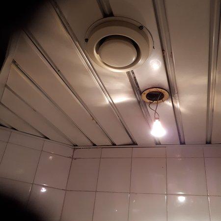 Toilette délabré du buffalo grill de nice, je n'ose pas imaginer la cuisine