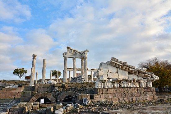 Bergama, Turkey: アクロポリスの中心ともいえるトラヤヌス神殿。