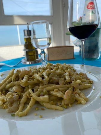 Yum!  A pistachio shrimp pasta dish with charming ambience 🌟🍷