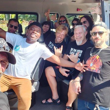 سانتو دومينغو, جمهورية الدومينيكان: 🎵@tabanarockband en Santo Domingo para su actuación en @laespiral313. @captaincocoecotoursrd les acompaña en su visita al Caribe como guía turístico y transfer privado🚌 