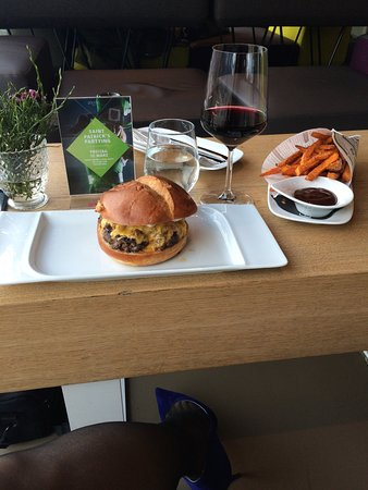 Adlers Hotel Bar: Burger, sweet potato fries and wine