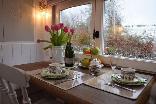Erezee, Belgien: Woonwagen Annabelle, volledig ingericht als vakantiehuis. Eetruimte met zicht op de tuin en een voedertafel voor vogels.