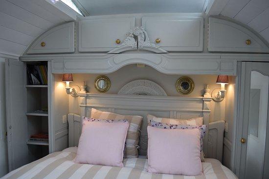 Erezee, Belgien: Woonwagen Annabelle, volledig ingericht als vakantiehuis. Hier de slaapkamer met comfortabel hotelbed.