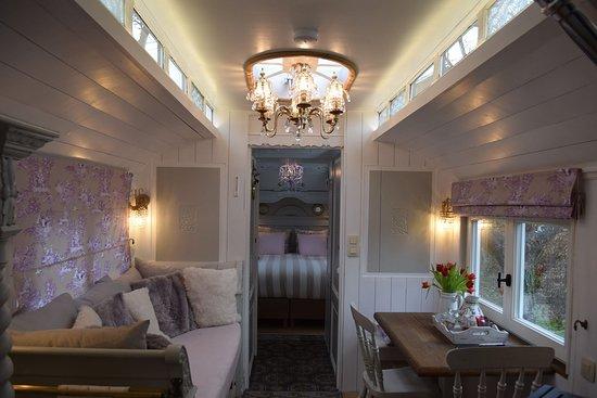 Erezee, Belgien: Woonwagen Annabelle, volledig ingericht als vakantiehuis. De zit- en eetruimte.