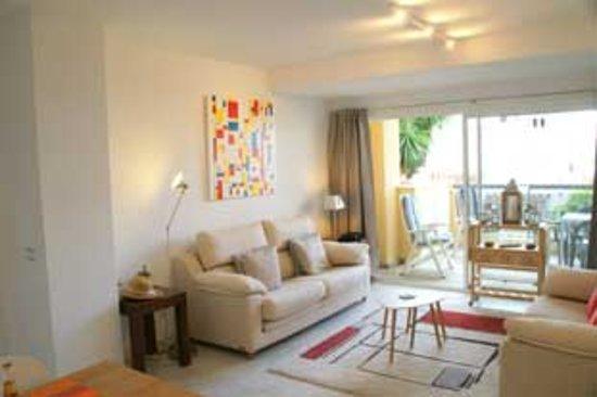 Overzicht woongedeelte in het appartement genaamd El Coral. Op een korte wandelafstand van winkels en restaurants. Met direct uitgang op het strand