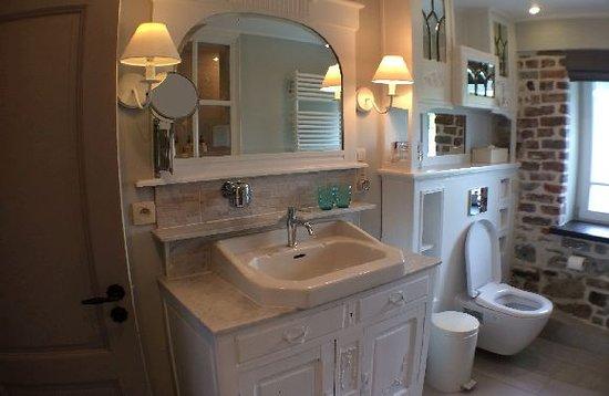 Erezee, Belgien: Badkamer van de kamer Louis-Philippe. Die is uitgerust met een inloopdouche.
