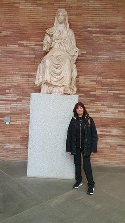 El Museo Nacional de Arte Romano de Mérida (España) (MNAR) fue inaugurado el 19 de septiembre de 1986 en su emplazamiento actual, obra del arquitecto Rafael Moneo. Se trata de un centro investigador y difusor de la cultura romana donde, además de acoger los hallazgos arqueológicos de la antigua ciudad romana Augusta Emerita, se celebran congresos, coloquios, conferencias, cursos, exposiciones y otras muchas actividades de ámbito nacional e internacional. Es uno de los edificios Patrimonio de la