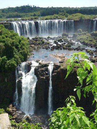 Cataratas del Iguazú - lado brasileño con boleto: Uma das muitas vistas (a partir de mirantes existentes nas trilhas do lado brasileiro) das cataratas.