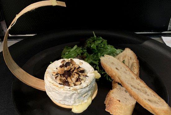 Petit camembert rôti, confiture de figues et panure de noisettes