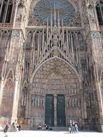 Центральный портал собора