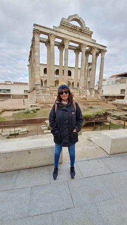 Mérida, la capital de Extremadura, al oeste de España, fue fundada por los romanos en el siglo I antes de Cristo. Aún quedan restos de la ciudad antigua, como el teatro romano. Este espacio sigue en funcionamiento y cuenta con dos filas de columnas en el escenario. Su puente romano de 792 m se extiende sobre el río Guadiana hasta unirse con la Alcazaba, la fortaleza islámica del siglo IX construida sobre los muros romanos.