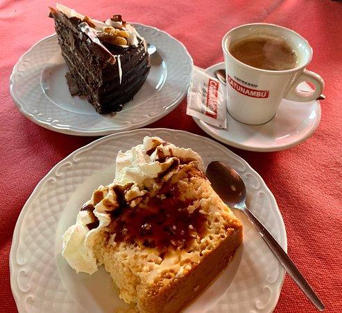 El Almendro, España: Flan de huevo casero, tarta chocolate con nueces y café con leche.