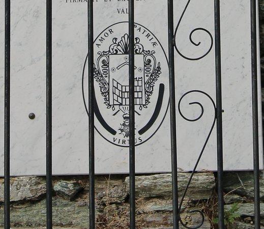 """La plaque latine à la mémoire des illustres Muratais près de cette tombe porte la glorieuse devise des Murati """"Amor patriae virtus"""" (L'amour de la patrie et la vertu.)."""