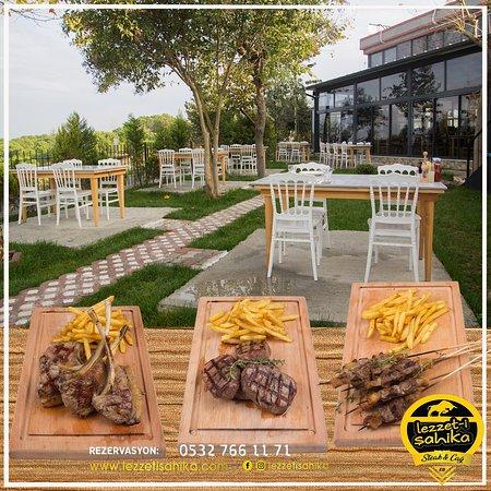 steakhouse menülerimiz için etlerimizi dry aged dolabında dinlendirerek özel aroma ve soslarla servis ediyoruz.