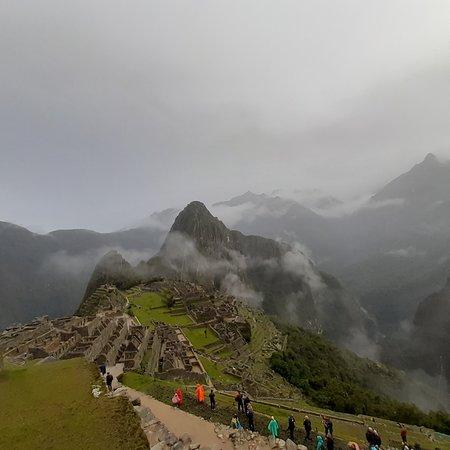 Région de Cuzco, Pérou : Machupicchu,  inka llacta, presenta una ubicación si generis y esta entre los Andes y el ingreso a la Amazonia.   Fue construido por VIRACOCHA INKA y embellecido por los inkas sucesores.  Su arquitectura única e imperial la llevaron a ser nominada como una de las 7 maravillas.  Esta ubicada a 2400 m.s.n.m . Fue descubierta a mediados del siglo 19. Hoy es fuente de divisas y trabajo para un sector de la población Cusqueña. Fue redescubierto en 1911 por Hiram Bingham.