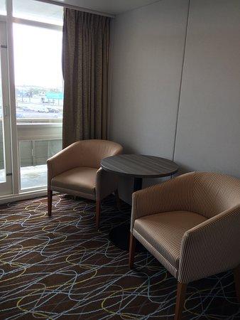 petit coin table 2 fauteuils donnant accès a une petite terrasse