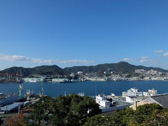 長崎湾を臨む。