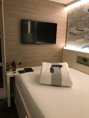 TV und großes Bett