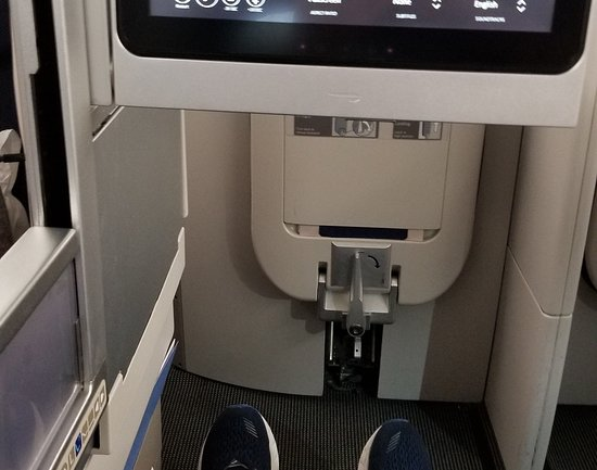 "בריטיש איירווייז: While seated, my 5'10"" (1.78m) body could not reach to the far end of my pod."
