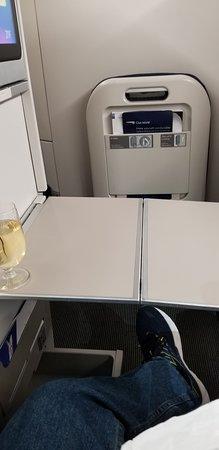 בריטיש איירווייז: My tray table down all the way away from me left plenty of room to stretch. 