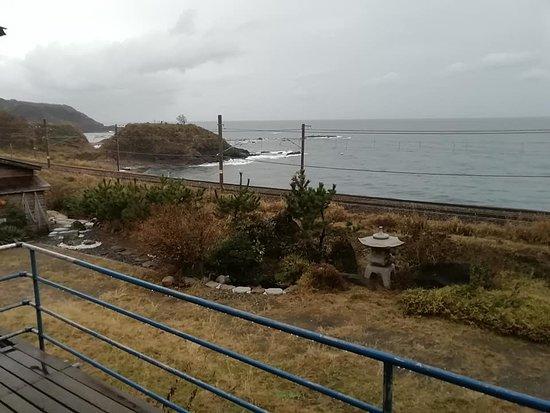 別館の部屋から。線路が見え、その向こうが日本海。