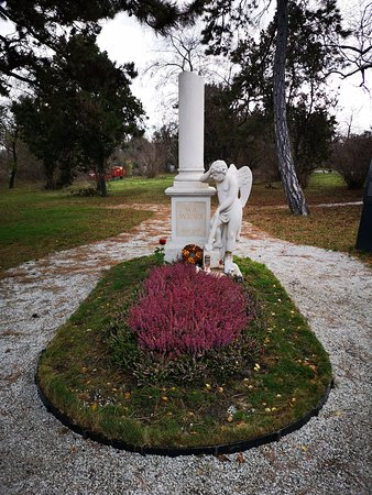 כאן נקבר מוצרת לראשונה ואז הועבר לבית הקברות המרכזי