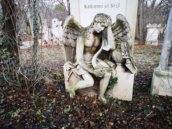 פסל על אחד הקברים
