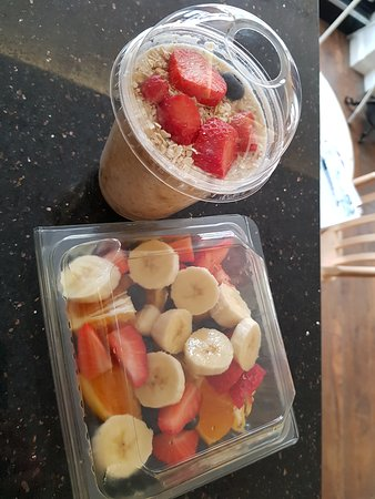 Overnight oats & fruit salad