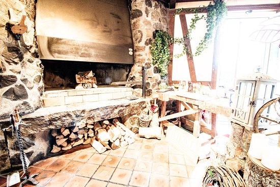 Buttwil, Schweiz: Der Guggibad Holz Grill mitten im Restaurant
