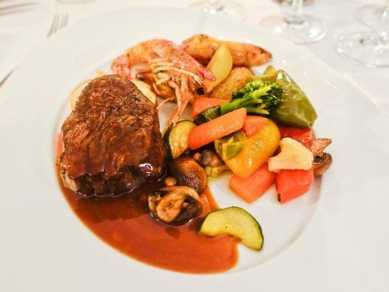 Dry Age Steak mit Gemüsebeilagen und Scampi