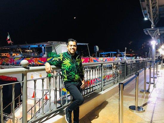 Junto a un grupo de amigos tomamos el tour de Cabo Escape en la noche. La experiencia de fiesta estuvo normal, aunque hubiera preferido tomarlo en el día para disfrutar las vistas ya que en la noche no se ve nada. Fueron $660 MXN e Incluye la barra libre además unos tacos muy buenos.