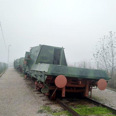 Gradacac, Босния и Герцеговина: Panzerzug zerschossen im Jugoslawienkrieg. Sehr interessant, ein Relikt, was normalerweise seit dem 2. Weltkrieg nicht mehr eingesetzt wird.