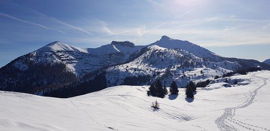 Monte Bondone, Италия: Tutti a  CIASPOLARE!!! Tre cimette del Bondone:  Cornetto a destra  Doss d'Abramo centrale  Cima Verde a sinistra Cliccare sulla foto per vederla intera!😁